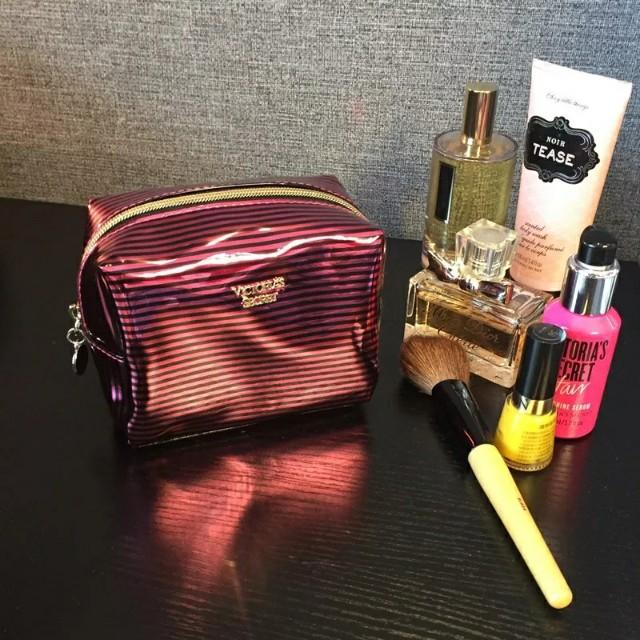 (全新可PC) 全新維密亮面玫红黑條紋小巧亮麗化妝包收納包手拿包