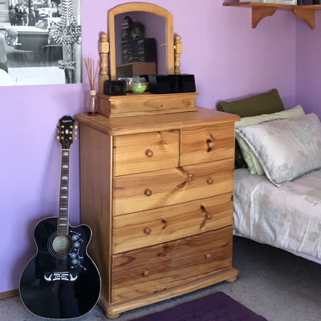 Vanity / chest of drawers