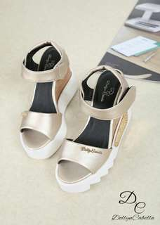 Dollyn Cabella wedges Anevay #399-1#m  Colour 2 Gold  Tan Com in size (36,37,38,39,40) Insole size 36:22cm 37:22,5cm 38:23cm 39:23,5cm 40:24cm High Heels 9,5cm Berat 8ons Material kulit embos  Quality ORIGINAL BRAND  H 200rb