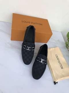 LV Men shoe 7716 Mirror Quality, bahan kulit asli 2 warna size 39-44 (5-10).   Insole 39 = 25,5cm 40 = 26,5cm 41 = 27cm 42 = 27,5cm 43 = 28cm 44 =28,5cm Include dustbag & box.    Berat 1kg  Rp 1.250.000 (1jt 250rb)