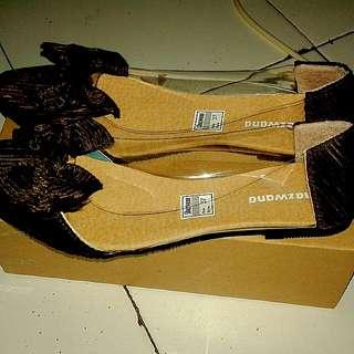 Sepatu pita warna coklat