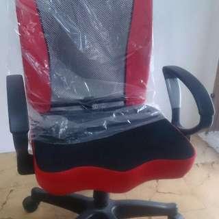 電腦桌椅 ,很新買來因小孩高度覺得太高 ,所以想讓給有需要的人使用 ,時尚照型 ,背網透氣不悶熱 ,可調式高度 !椅背可傾斜喜好角度 ,原價買近二千 。賣一千 ,三重 ,蘆洲 !中永和我可順路幫運 !