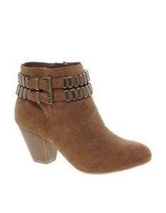 Angkle heels boots tan strapped brown. Bootsnya kokoh bgt besinya tdk ada yg rusak dipake 2x photoshot saja.