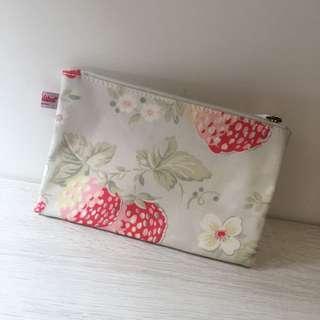 英國 Cath Kidston   小草莓 花 防水 筆袋 收納包 化妝包