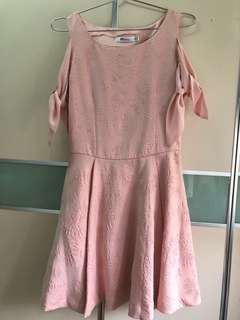 粉色綁帶蝴蝶結暗花連身裙
