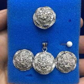 Set with pendant in whitegold floral design