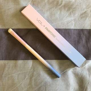 VDL + Pantone Base Eyeshadow Brush