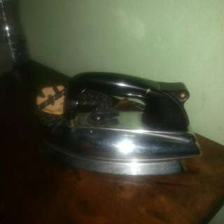 vintage morphy richards iron (chrome/bakelite heavy)