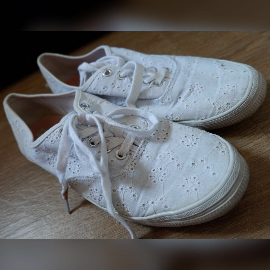 ⚪️American Eagle White Embroidered Sneakers⚪️