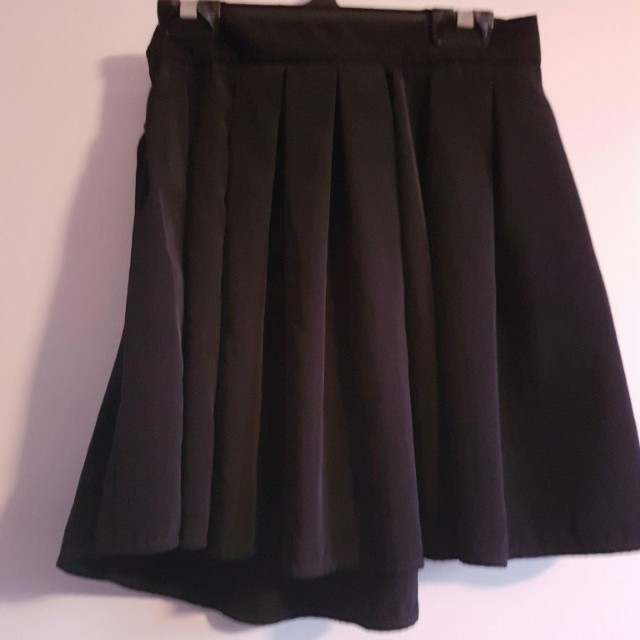 Skirt will fit 6 never worn