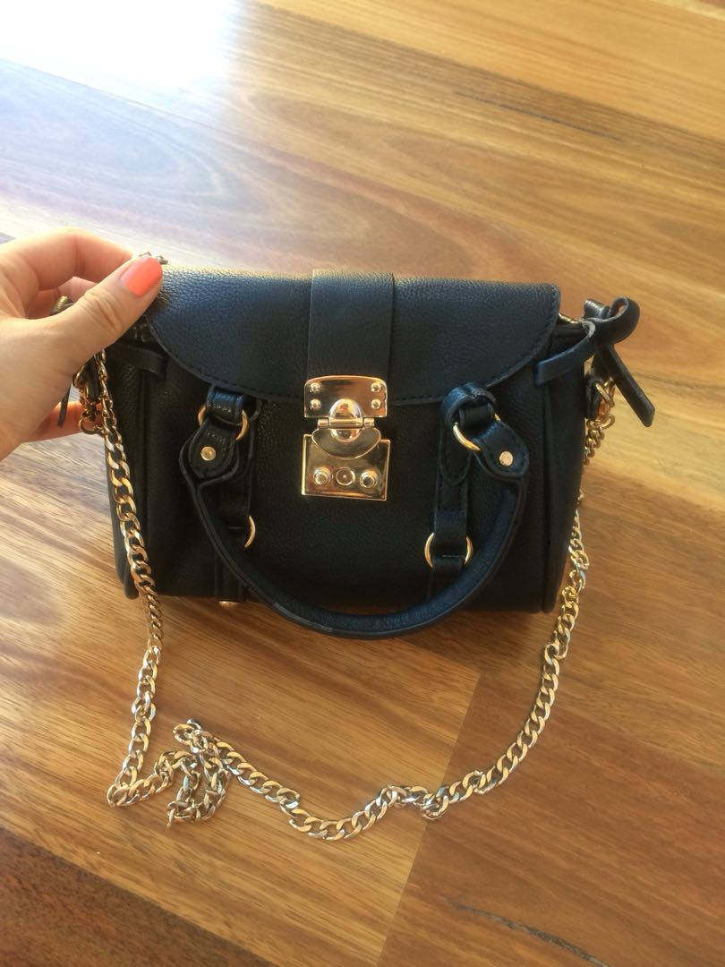 Small black shoulder bag with chain