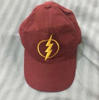 Topi merah maroon dengan logo Flash
