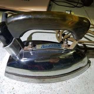 古董德國熨斗,估計有2磅重,寫住110V, 只供收藏,老香港懷舊物品古董珍藏不建議使用,不知好壞,沒試過