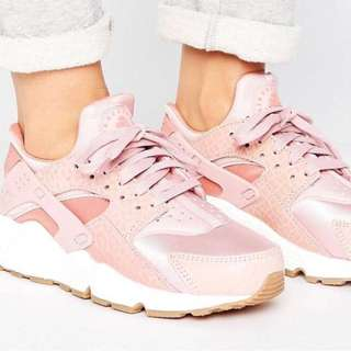 Nike Air Huarache Run Premium Trainers in Pink