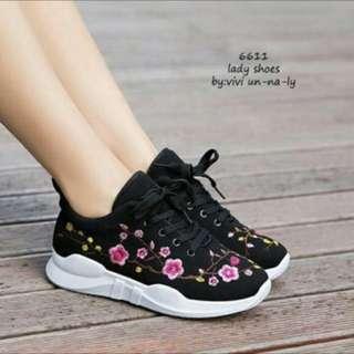 Sneakers hitam ukuran 40