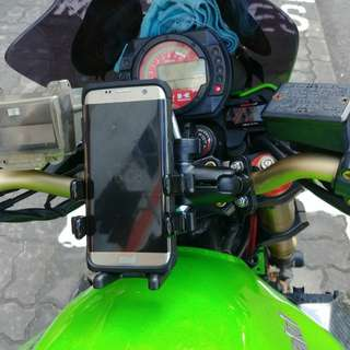 MWUPP U-clamp Handphone Mount installed on Kawasaki Z1000