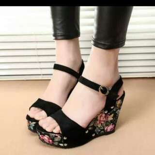 Sandal wegdes motif bunga