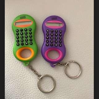 免費送 美國文具大牌 STAPLES 鑰匙圈 計算機 小配件 掛飾 紫色 綠色