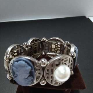 Cameo bracelet with faux pearl in silver settings