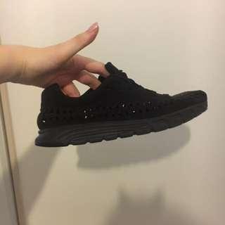 Nike woven mayfly triple black