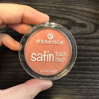 Essence Satin touch blush (10 satin coral)