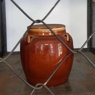 Guci keramik tua antik