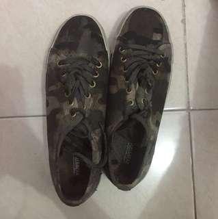 Sepatu pull&bear