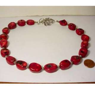 "老式血红色珊瑚银铑艺术叶扣串珠项链19½長度VINTAGE CHUNKY BLOOD RED CORAL SILVER RHODIUM ARTIST LEAF CLASP BEADED NECKLACE 19 ½""LONG...CORAL AVERAGES 9/16"" IN DIAMETER, SPACER BEADS 1/8"" IN DIAMETER. SAFETY TOGGLE CLASP WORKS SECURELY."