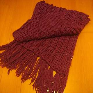 Benetton莓紅色鉤針圍巾