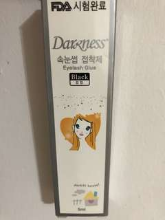 Darkness eyelashes glue