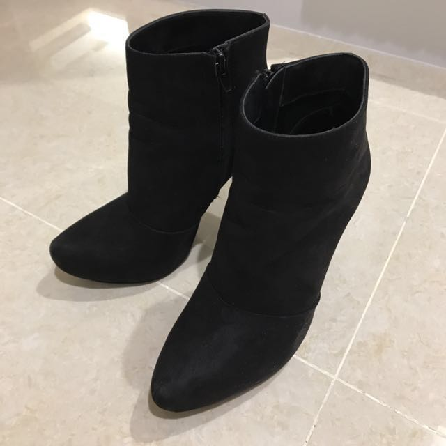 Zara 麂皮尖頭高跟短靴 黑