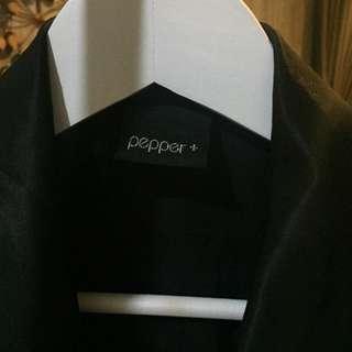 Fashion item, blazer hitam tanpa lengan
