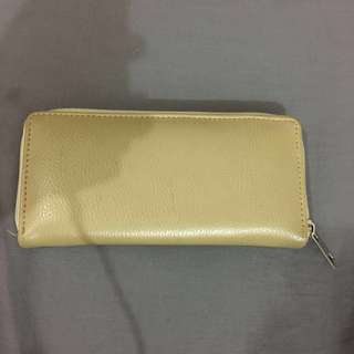 Dompet warna cream