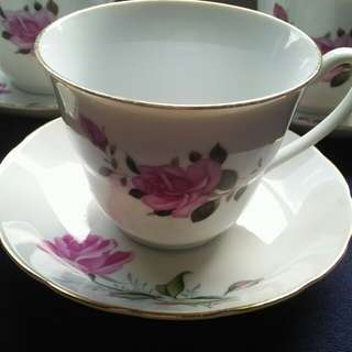 Floral Designed porcelain tea set. Set of five. It's in good condition.