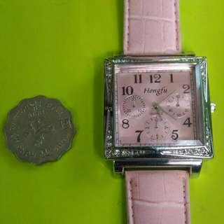 EE免費送: 購本店$60 以上 物品 可免費得此粉紅色 錶