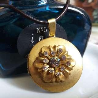 ✨美國製黃銅六瓣桐花鑲水鑽相盒頸鏈 ✨