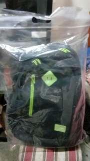 灰+綠色書包