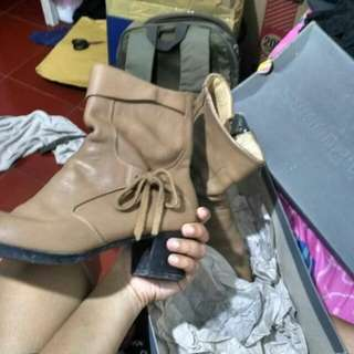 Boot pirouttes hush puppies