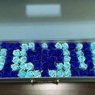 """Box of roses with """"I love u"""" for gf birthday anniversary mum"""
