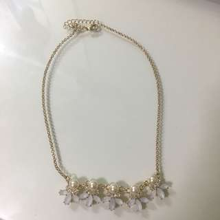 Pearls and white petals Necklace