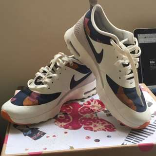 Women's Nike Thea Air Size 6