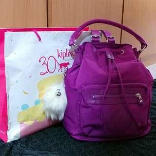 全新Kipling袋,原價:$1300,現只售:900 有3款揹法 可背包揹法,另外額外有條長帶可配合可側揹,亦可手拎
