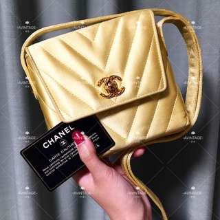 (SOLD)Chanel Vintage 金色絲綢雕花釦斜孭袋
