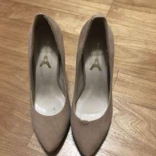 水鑽跟米色跟鞋