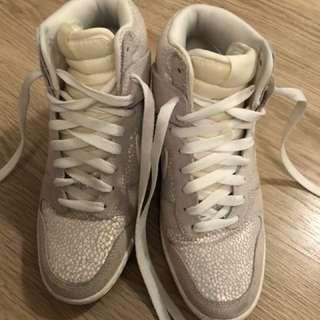 Nike 珍珠白波鞋