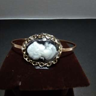 Lady cameo bangle in antique finish