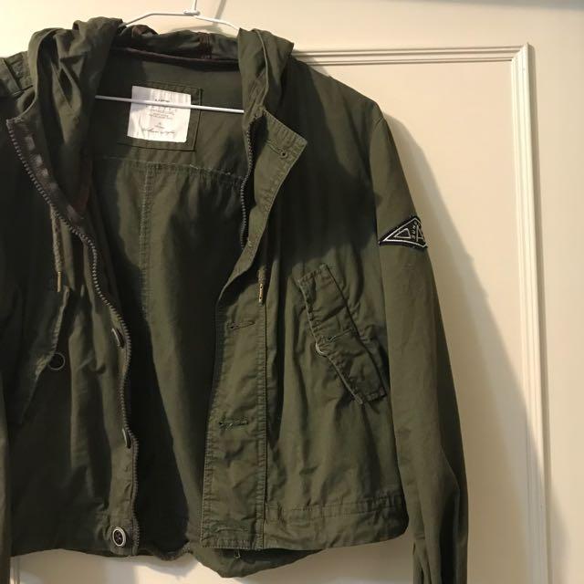 軍綠色薄短版外套