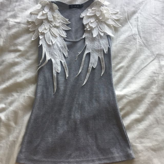 Gray tee with wings design