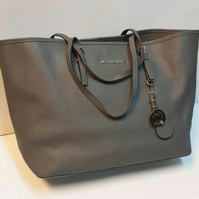 9ed2ba58c01 TAS MICHAEL KORS JETSET, Luxury, Bags & Wallets on Carousell
