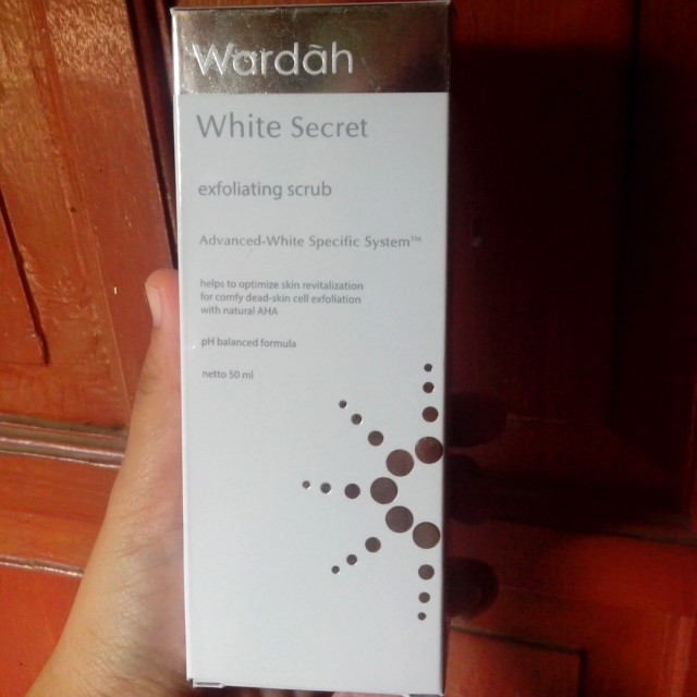 Wardah white secret exfloliating scrub